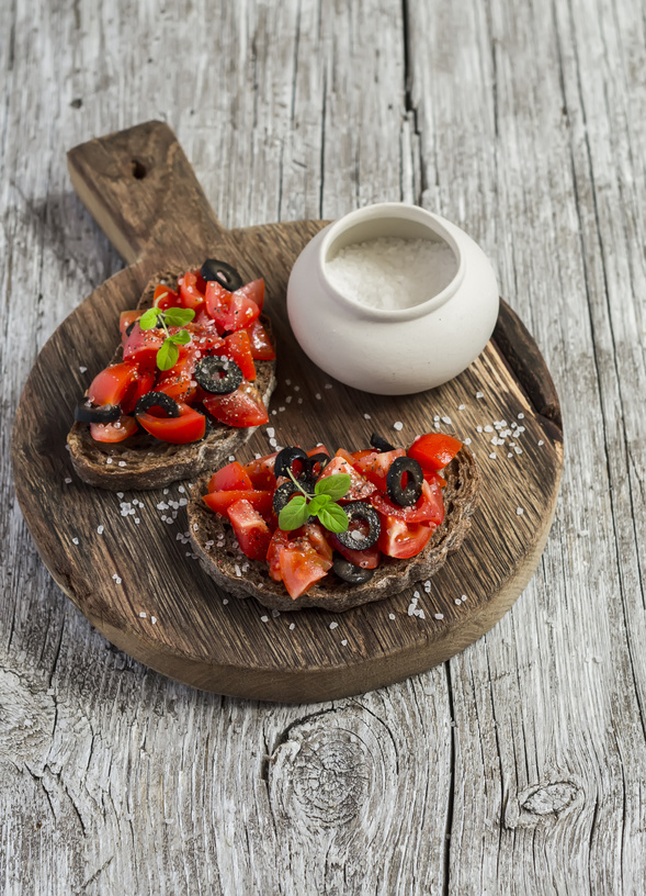TARTINES AUX OLIVES NOIRES DE NYONS GRILLEES AU BARBECUE